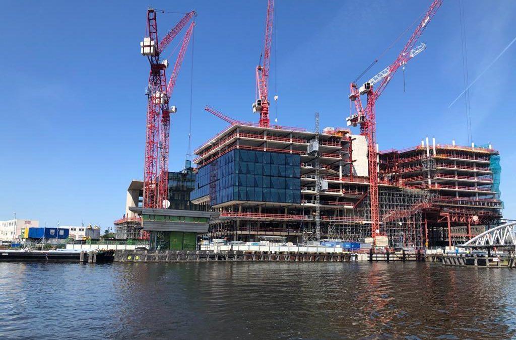 Aanvoer bouwmateriaal over het water. Project ODE
