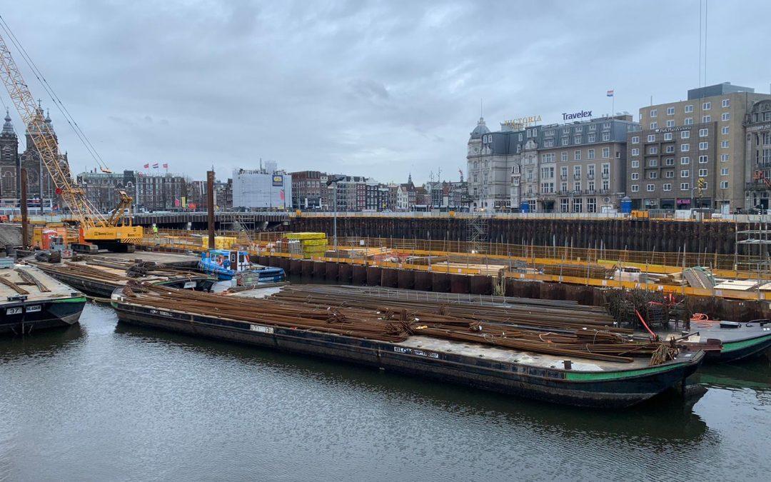 Aanvoer materiaal realisatie ondergrondse fietsenstalling centraal station